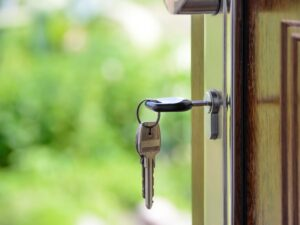 Nycklar i ytterdörr